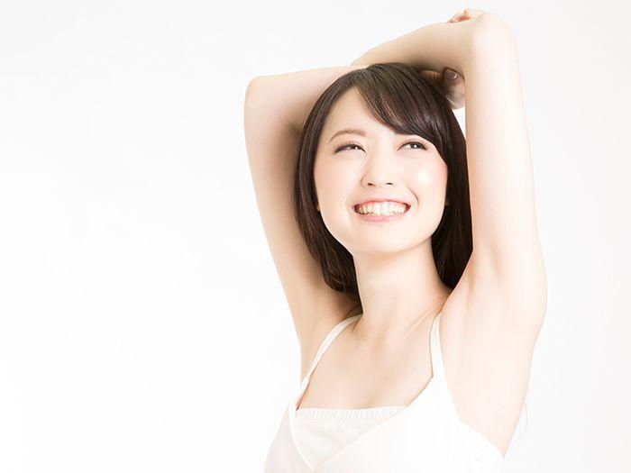 両腕を上げている笑顔の女性